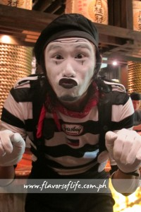 A mime keeps the diners entertained