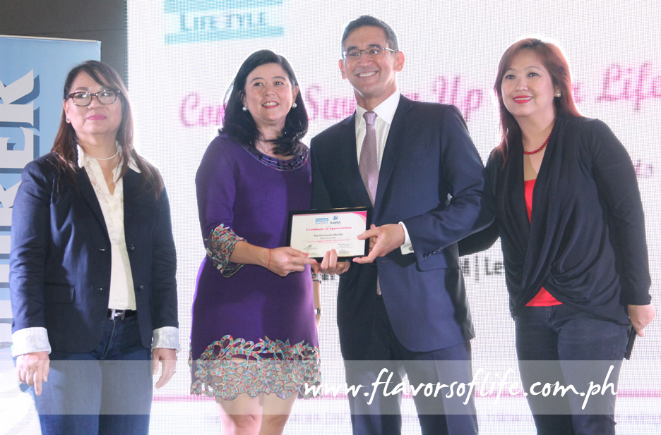 Mariano Garchitorena of The Peninsula Manila receives a certificate from Inquirer lifestyle editor Thelma Sioson-San Juan, publisher Sandy Prieto-Romualdez and Best Desserts author Vangie Baga-Reyes