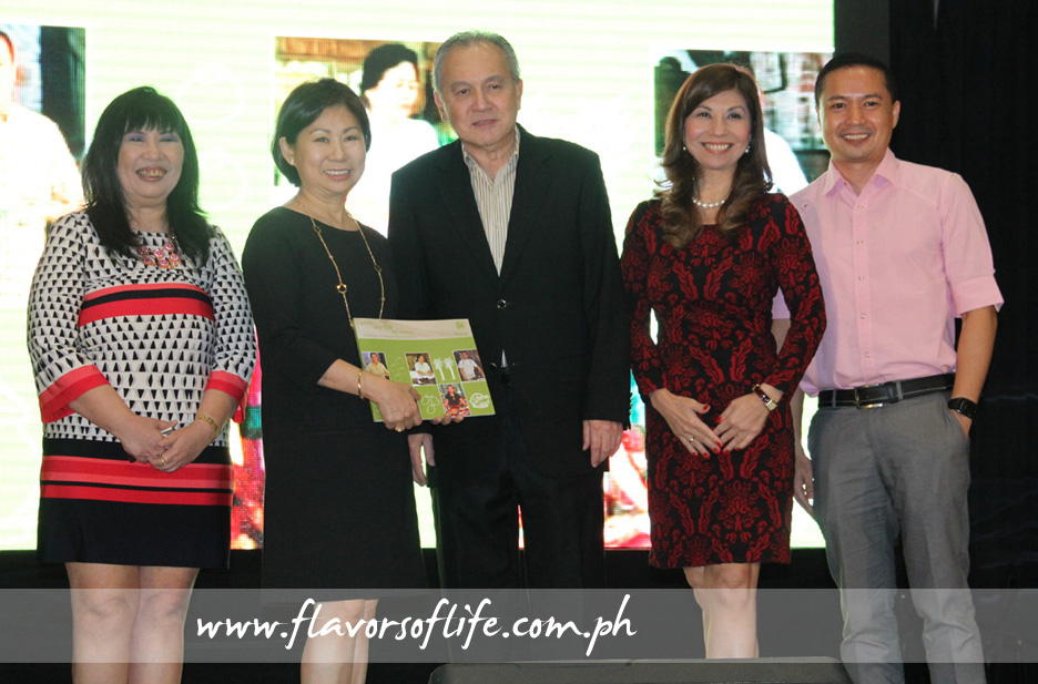 SM Investments vice chairperson Tessie Sy-Coson receives the first copy of the book from People Asia publisher Hose Manuel Romualdez during the launch. On hand were SM VP for Marketing Communications Millie Dizon, People Asia editor-in-chief Joanne Rae Ramirez, and Philippine Star's SVP for Sales and Marketing Lucien Dy-Tioco