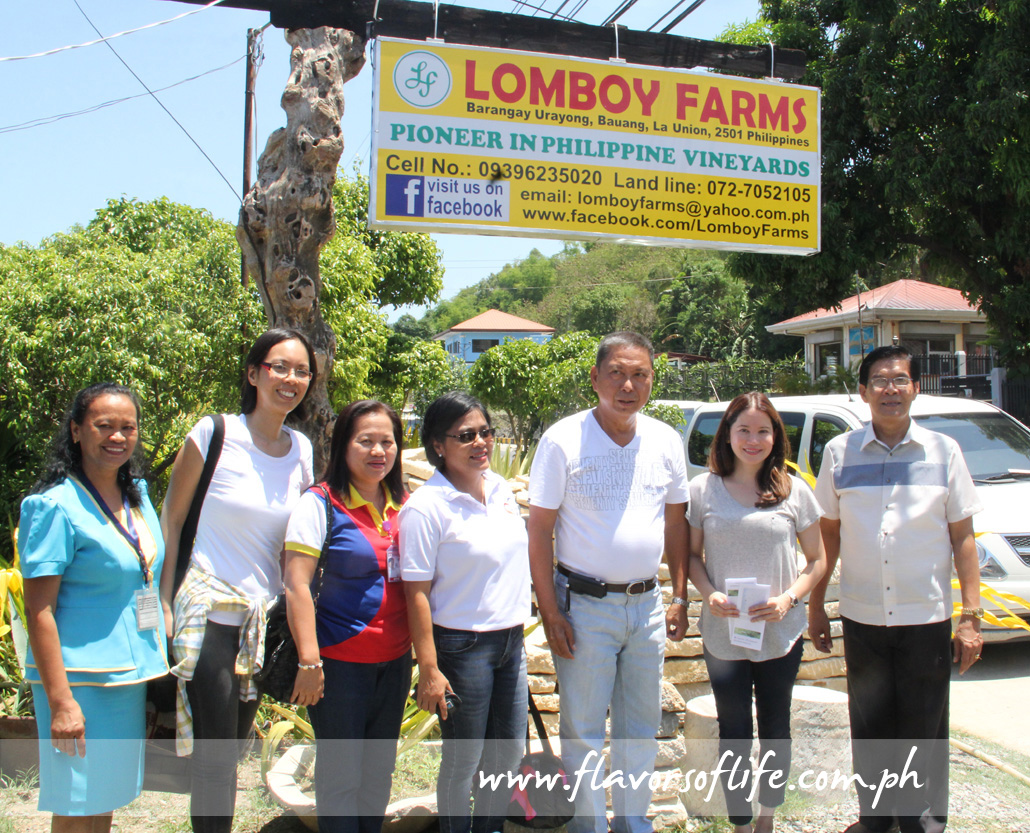 La Union's grape growing pioneer Avelino Lomboy and his staff having a picture taken with Agriculture Secretary Berna Romulo-Puyat