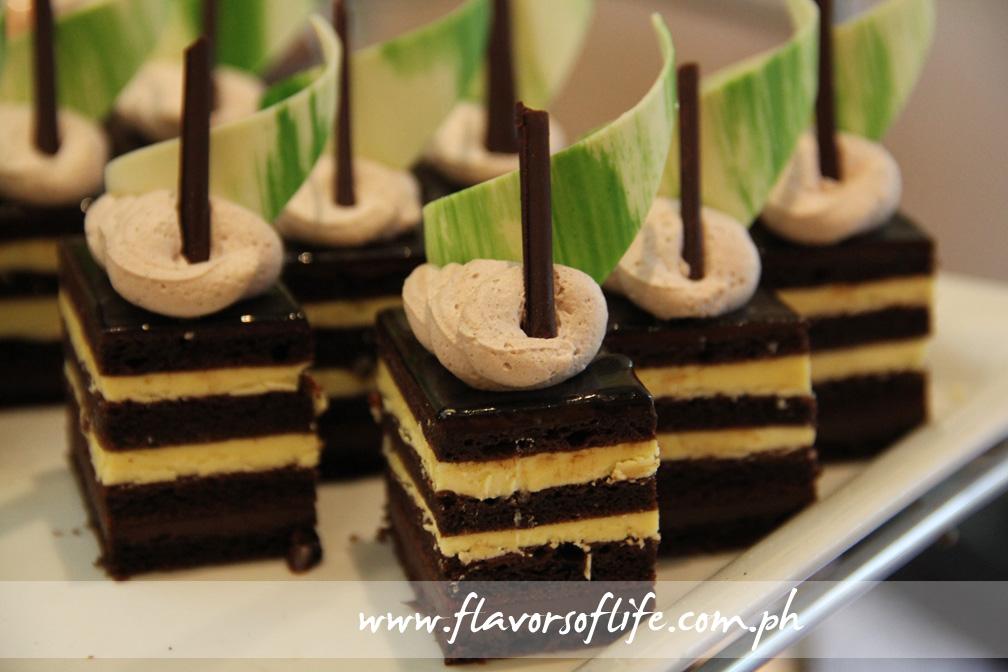 Cakes in single-serve bars