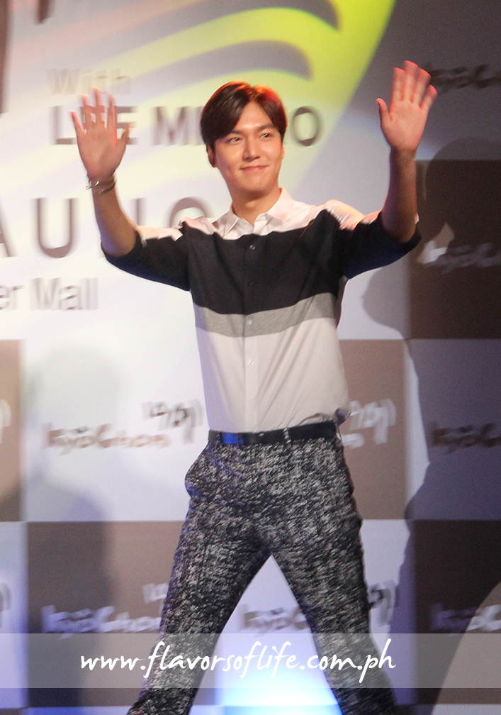 Lee Min Ho waves to the crowd upon arrival