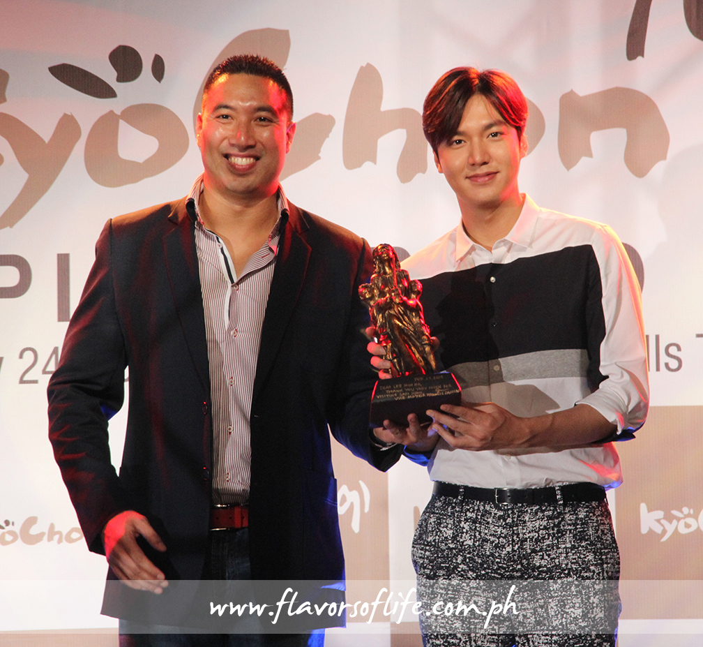 Lee Min Ho receiving a warm welcome 'gift' from San Juan Vice Mayor Francis Zamora