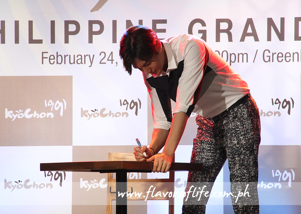 Lee Min Ho signing tables intended for display in Kyochon stores in the Philippines