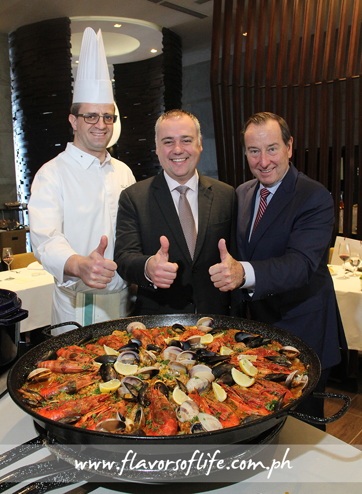 Marco Polo Ortigas' executive chef Lluis Cantons Pessarodona, F&B director Mirko di Giorgio and general manager Frank Reichenbach give the giant paella a thumbs-up