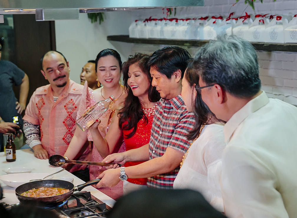 Carlos Celdran, Destileria Limtuaco president Olivia Limpe-Aw, Ilocos Norte Governor Imee Marcos, Senator Bongbong Marcos, Chef Heny Sison and Ilocos Sur Vice Governor DV Savellano in an impromptu cooking demo