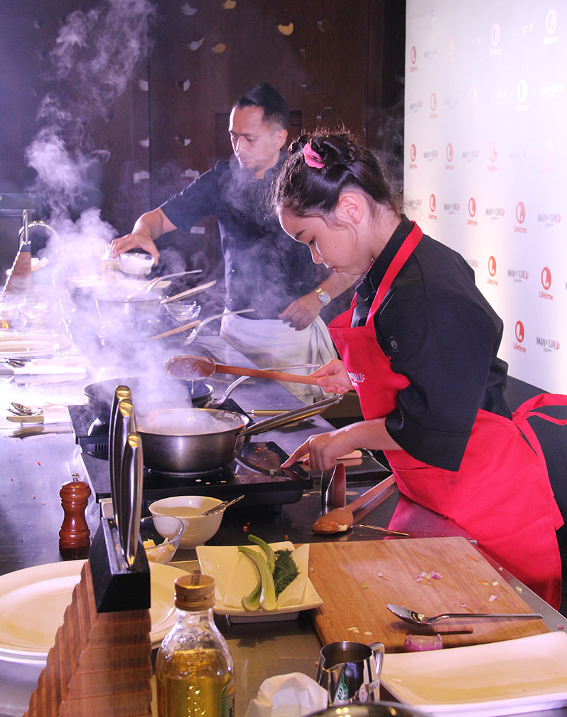 It's a culinary showdown between Filipino celebrity chef Sau Del Rosario and half-Chinese, half-American kiddie chef Estie Kung