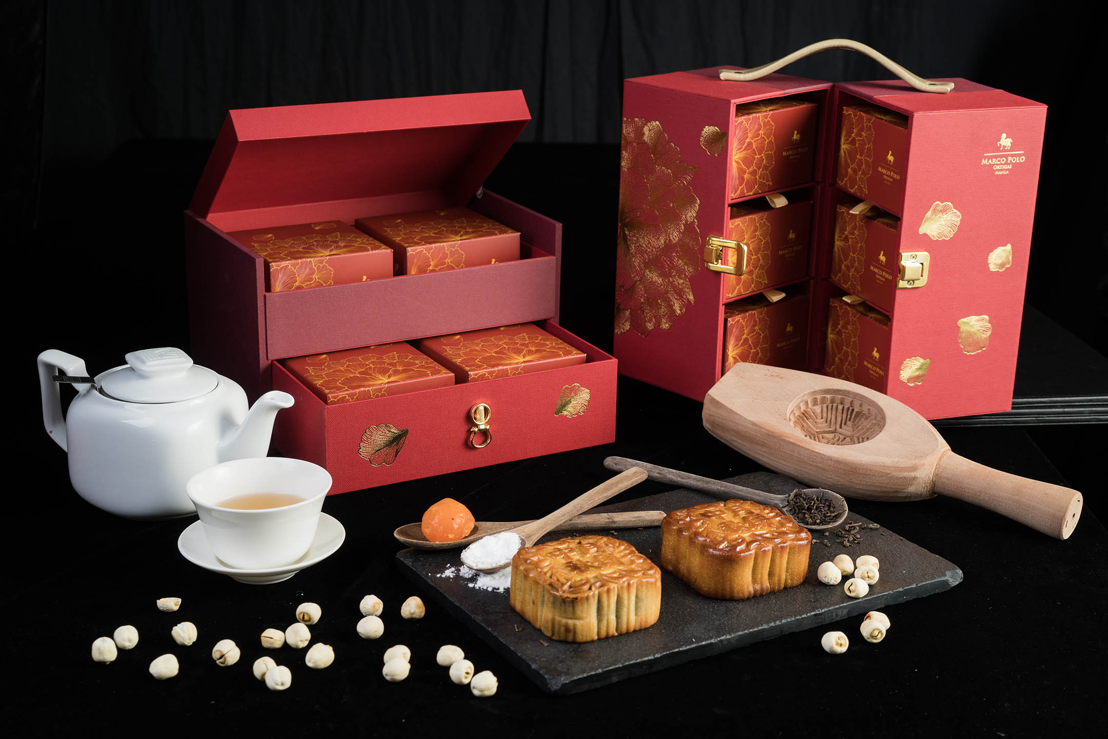 Mooncakes in gift sets of four pieces and six pieces